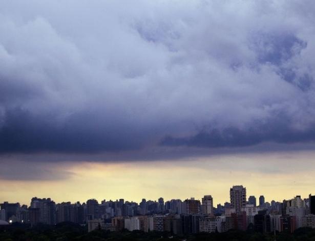 13.mar.2012 - Forte chuva deixa regiões de São Paulo em estado de atenção no final da tarde desta terça-feira