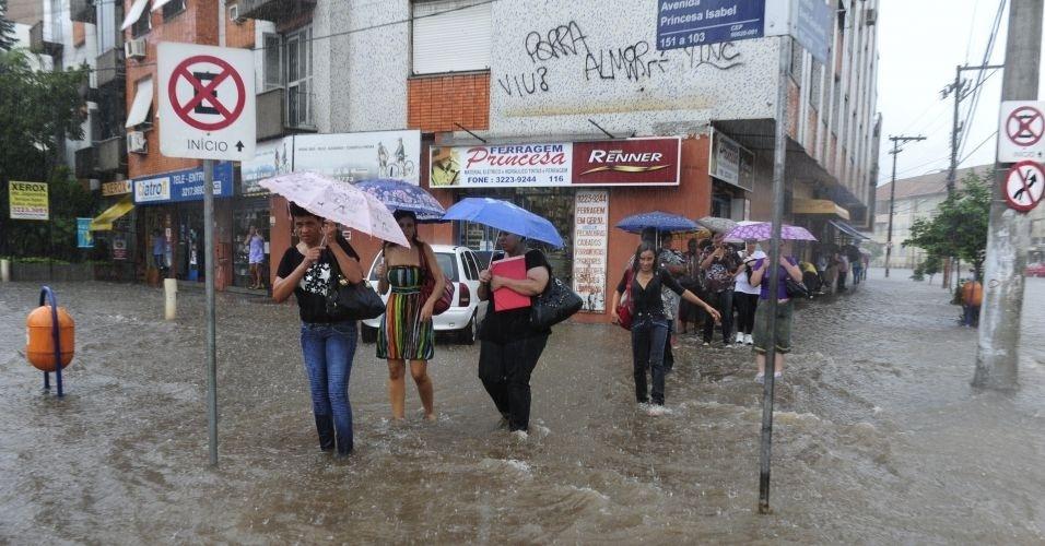 14.mar.2012 - Uma forte chuva atingiu Porto Alegre, deixando mais de 50 mil pessoas sem luz na região metropolitana. A estimativa é de que choveu, apenas pela manhã, 60% do volume esperado para todo o mês de março