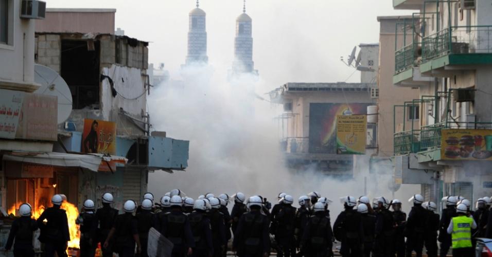 Forças de segurança jogam bombas de gás lacrimogêneo para tentar abafar protesto em Diraz, no Bahrein