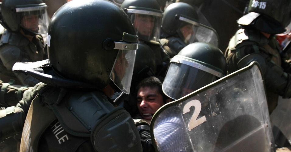 Jovem é detido pela polícia chilena nesta quinta-feira (15), durante os tumultos que ocorreram  no protesto  estudantil realizado em Santiago. Ao menos, três policiais ficaram feridos e 50 pessoas foram presas