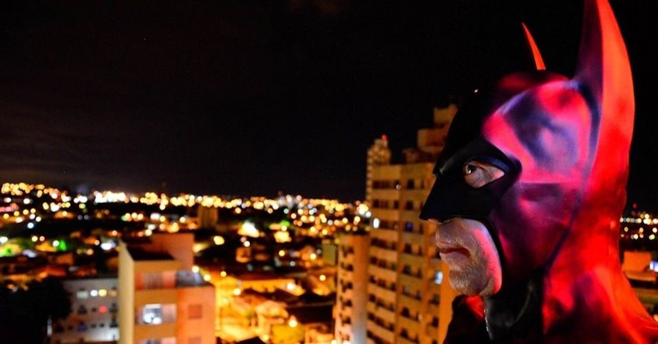 Carioca, André Luiz Pinheiro, 50, o Batman de Taubaté, foi militar dos 16 aos 46 anos e sempre foi fã de super-heróis; ele irá ajudar a polícia em uma campanha contra a violência no município paulista