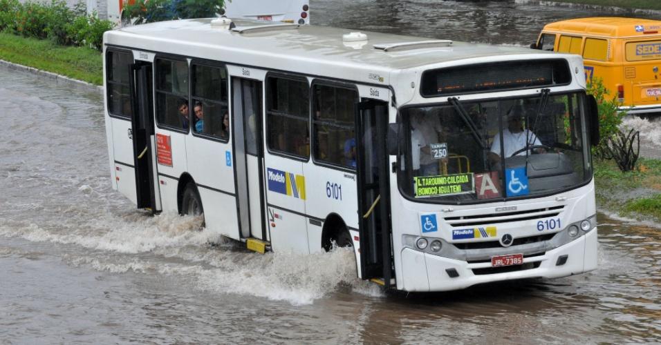 Chuva causa pontos de alagamento em Salvador