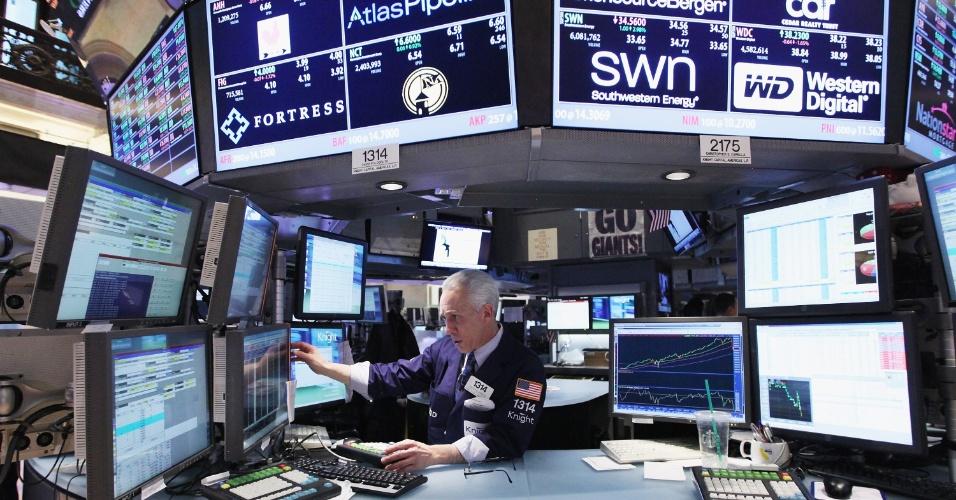Operador da Bolsa de Valores de Nova York observa monitores minutos antes do fechamento do pregão