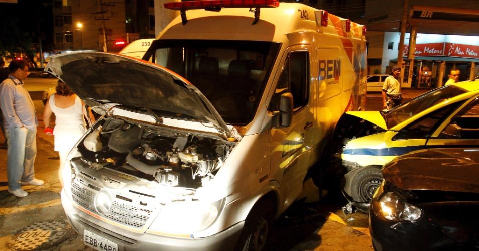 Acidente entre ambulância e dois veículos particulares deixa feridos. Uma  idosa de 84 anos caiu da maca que estava  dentro  da ambulância