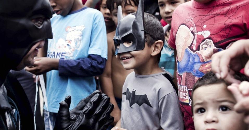 Batman de Taubaté (o militar aposentado André Luiz Pinheiro) faz sua primeira participação no Movimento pela Paz Taubaté (dia 17 de março de 2012)