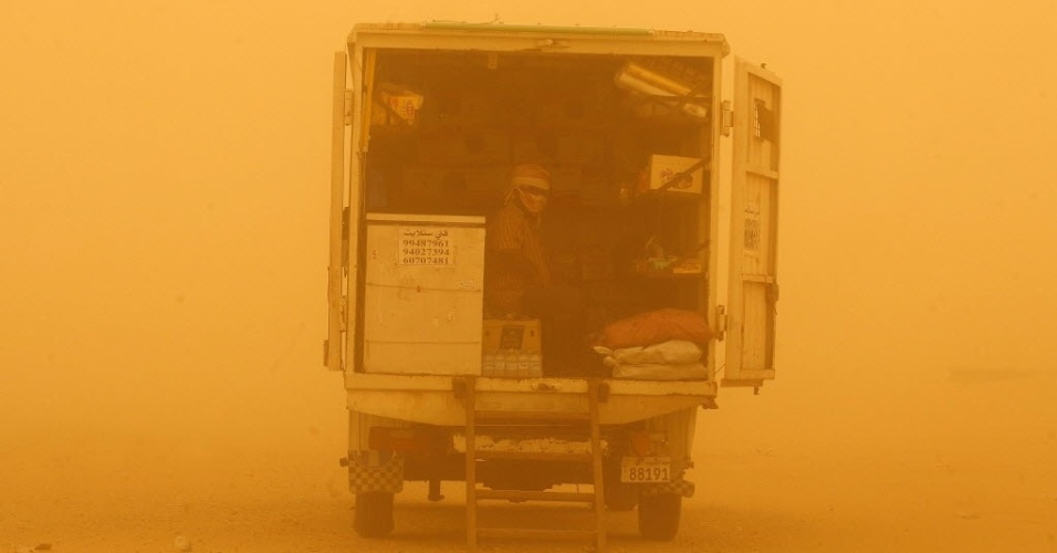 Caminhão passa por Rawdatayn, no Kuait. Várias cidades kuaitianas foram atingidas por tempestade de areia