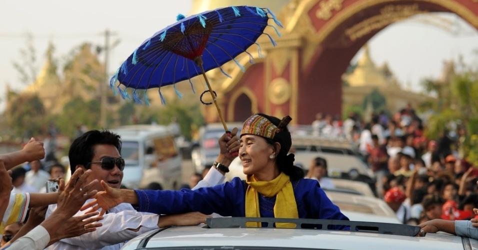 Candidata oficial a uma vaga no Parlamento  em Myanmar, Aung San Suu Kyi , cumprimenta eleitores na região de Shan