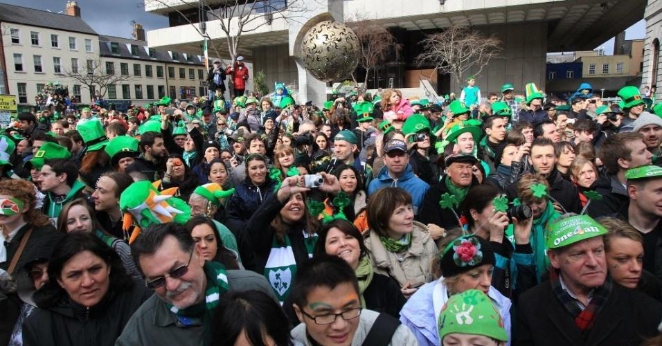 Centenas de pessoas invadem as ruas de Dublin para celebrar o Saint Patrick's Day, dia do padroeiro da Irlanda