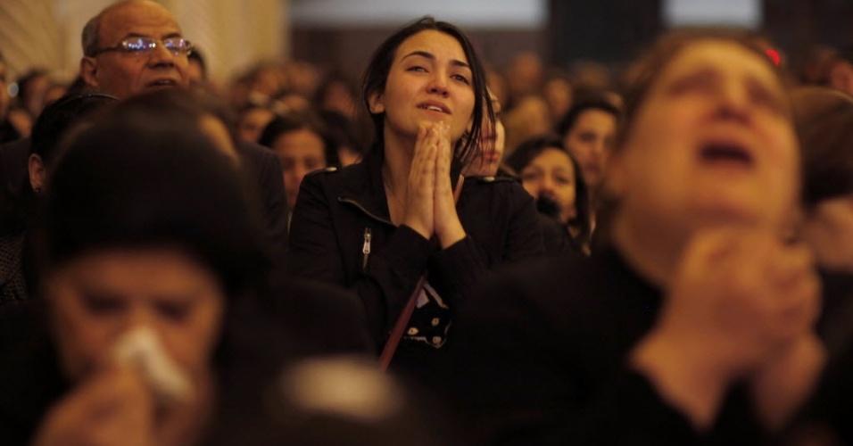 Cristã egípcia chora a morte do Papa Shenouda 3º, o patriarca da Igreja Ortodoxa Copta, que liderou a minoria religiosa no país durante 40 anos. Ele morreu aos 88 anos