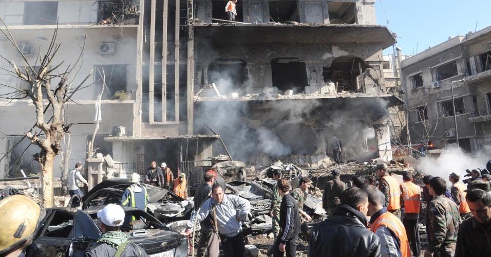 Dois atentados terroristas com explosões de carros-bomba atacaram prédios da segurança nacional da Síria, neste sábado (17), em Damasco, matando um civis e policiais