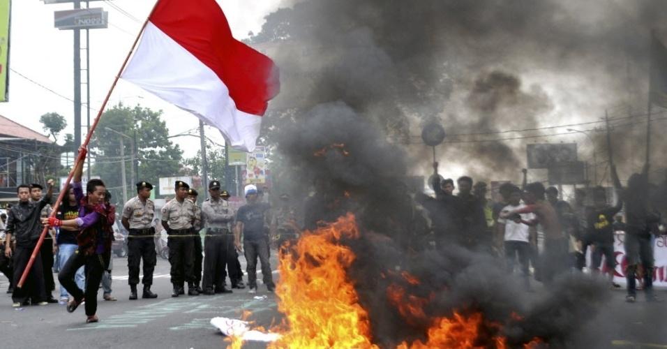Estudante queima pneus em Jacarta, indonésia, durante protesto contra aumento de combustível, medida anunciada pelo governo