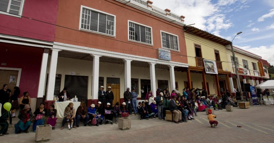 Fachadas de casas antigas do centro de El Tambo, no Equador, ganharam nova pintura e janelas. O processo de restauração das edificações da cidade andina faz parte de um projeto nacional que visa mudar a arquitetura do país