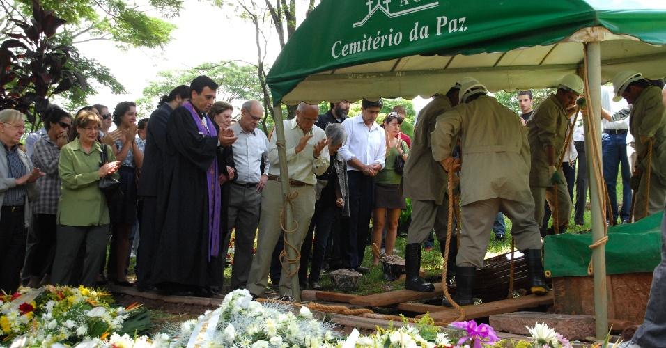 Geógrafo, pesquisador e professor, Aziz Nacib Ab'Saber, é enterrado no Cemitério da Paz, no Morumbi, na zona sul de São Paulo, neste sábado (17). Ele morreu  aos 87 anos, na sexta-feira (16), após sofrer um enfarte