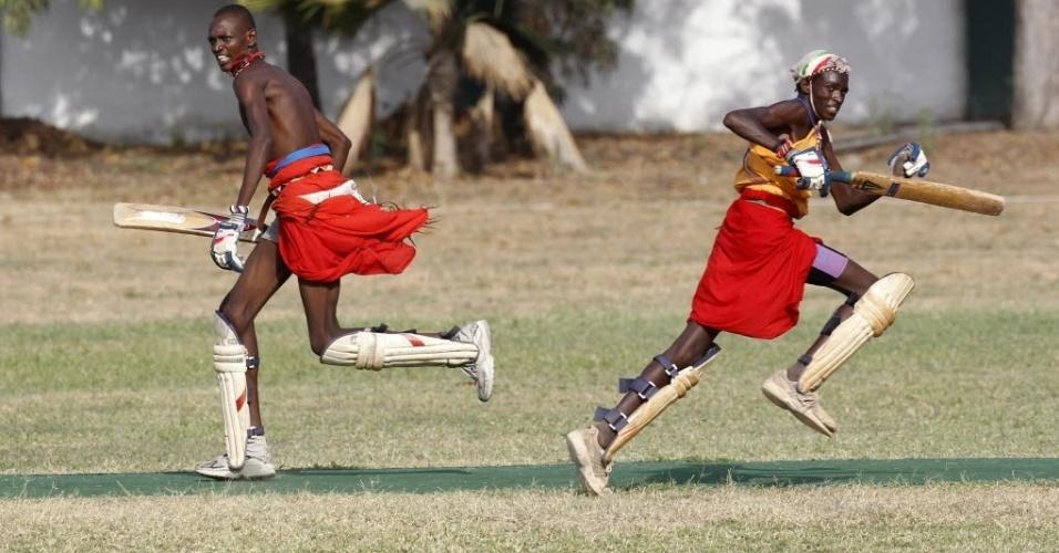 Guerreiros da etnia maasai disputam partida de críquete na cidade de Mombasa, no Quênia
