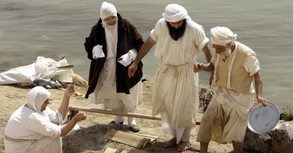 Iraquianos seguidores de religião pré-cristã preparam comida em celebração religiosa às margens do rio Tigre em Bagdá