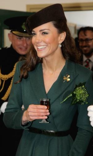 Kate Middleton, duquesa de Cambridge e mulher do príncipe William, é observada em evento no Dia de Saint Patrick (ou São Patrício), comemorado em 17 de março, considerado feriado oficial na Irlanda desde 1903