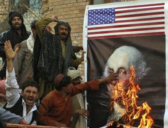 Manifestantes do Paquistão queimam imagem  de  George Washington, primeiro presidente dos Estados Unidos, em protesto contra massacre realizado por militar norte-americano no  Afeganistão