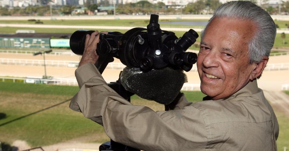 """Morre o locutor Ernani Pires Ferreira, conhecido como """"A voz do Jockey Club"""". Ele faleceu aos 77 anos na madrugada deste sábado (17), no Rio de Janeiro, por causa de um edema pulmonar. Por décadas, Ernani foi narrador oficial do Jockey Club Brasileiro"""