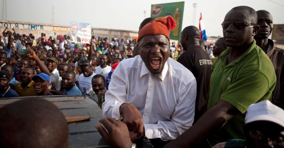 O candidato à presidência do Guiné-Bissau Kumba Yala realiza comício de campanha na capital, Bissau. No domingo (18), o país elegerá um novo presidente, após a morte de Malam Bacai Sanha em um hospital de Paris