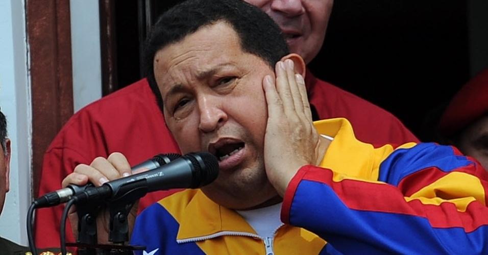 O presidente venezuelano, Hugo Chávez, canta no balcão do palácio presidencial de Caracas, após retornar de Cuba, onde se operou de um câncer na pelvis
