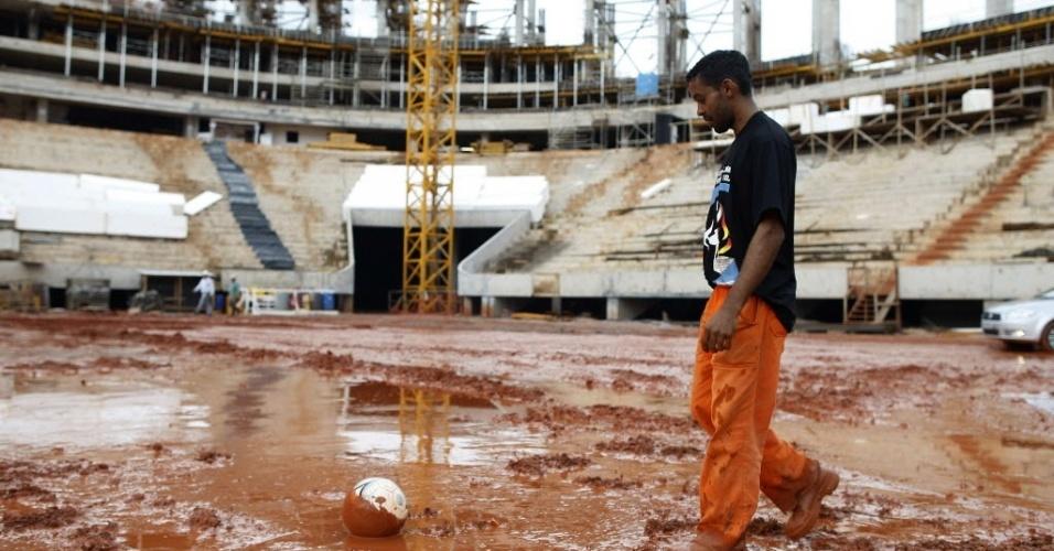 Operário caminha no local onde será o gramado do novo estádio Mané Garrincha, que receberá as partidas de Brasília durante a Copa do Mundo de 2014