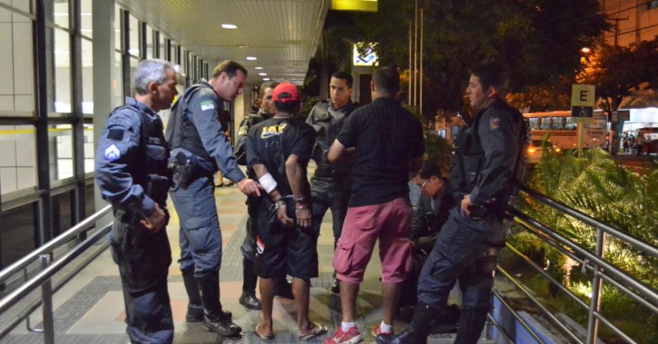 Polícia Militar prende fugitivo de uma penitenciária do Estado do Rio Grande do Norte. O detido foi flagrado vendendo produtos importados, em frente da agência do Banco do Brasil, na avenida Rio Branco, em Natal (RN)