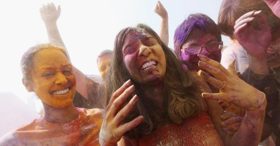 Seguidores se divertem no festival das cores em Manhattan (EUA)