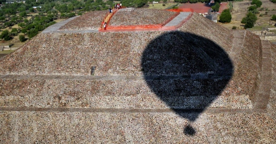 Sombra de balão cobre parte das pirâmides na zona arqueológica de Teotihuacán, nas proximidades da cidade do México