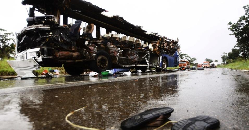 Uma batida entre um ônibus e uma carreta na tarde deste sábado, na rodovia BR-040 em Felixlândia (187 km de Belo Horizonte) deixou 15 pessoas mortas e diversas feridas, segundo a Polícia Rodoviária Federal.