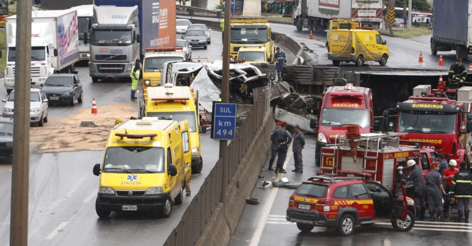 Uma carreta carregada de carvão tombou na manhã deste sábado (17) na BR-381, altura do km 494, em Betim, na região metropolitana de Belo Horizonte. Durante o acidente, o veículo de carga atingiu uma caminhonete que passava pela rodovia. O condutor da carreta ficou ferido