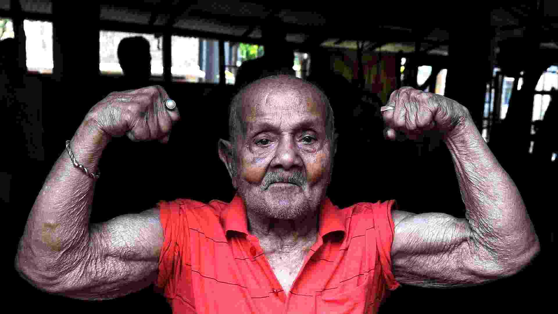 Ex- fisculturista indiano, Manohar Aich, mostra seus músculos aos 99 anos em Calcutá, Índia. Em 2013 Aich completará um século de vida. Ele tem apenas 1,50 m de altura e já conquistou o título de Mister Universo em 1952 - AFP