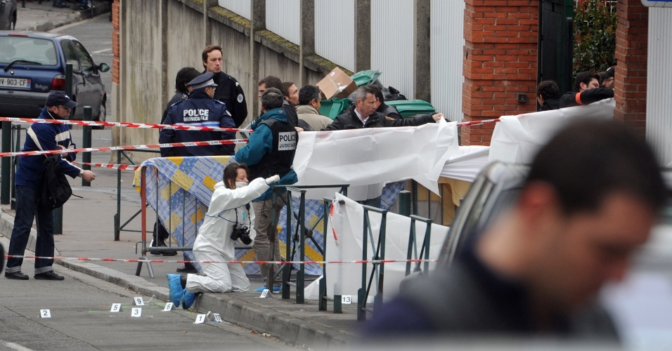 Agentes policiais fazem trabalhos de perícia  em frente ao colégio Ozar Hatorá, em Toulouse