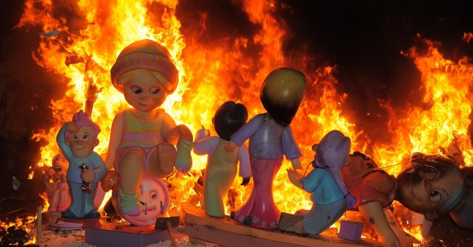 Bonecos são queimados no último dia do festival de Fallas, realizado em Valência, Espanha.  A festa, que reúne bonecos com estruturas de madeira, papelão ou cortiça, é uma homenagem a São José
