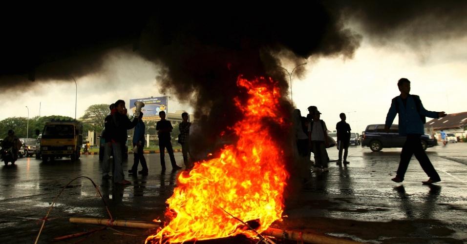 Estudantes realizam protesto contra plano do governo de aumentar o preço dos combustíveis, em Makassar, na Indonésia
