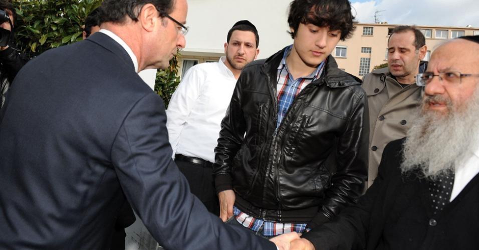 François Hollande, candidato do Partido Socialista para as eleições presidenciais da França, cumprimenta parentes de vítimas de tiroteio em frente ao colégio judaico Ozar Hatorá, em Toulouse