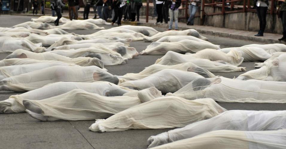 Grupo de artistas colombianos e costa-riquenhos rodam os corpos pelas ruas de Sán José, na Costa Rica, em intervenção urbana que integra o Festival Internacional das Artes