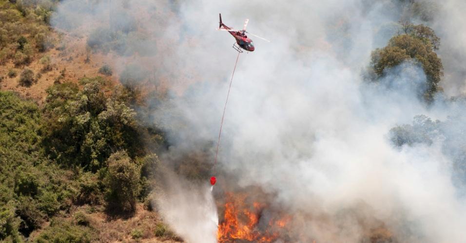 Helicóptero tenta conter incêndio nas encostas do monte Quênia, no Quênia