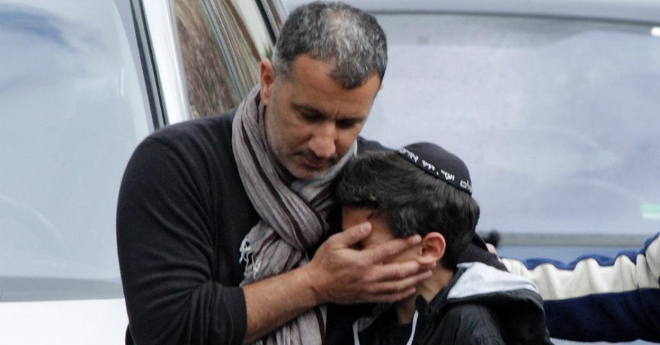 Homem conforta estudante do colégio judaico Ozar Hatorá, em Toulouse, no sudoeste da França