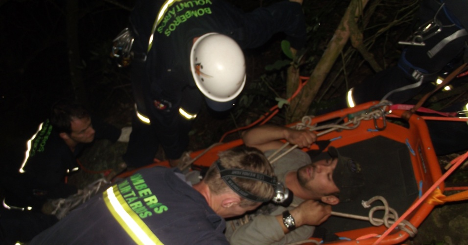 Homem de 26 anos é resgatado, depois de despencar por 200 metros e passar cerca de seis horas preso a uma árvore, próximo a um precipício, no interior do Rio Grande do Sul