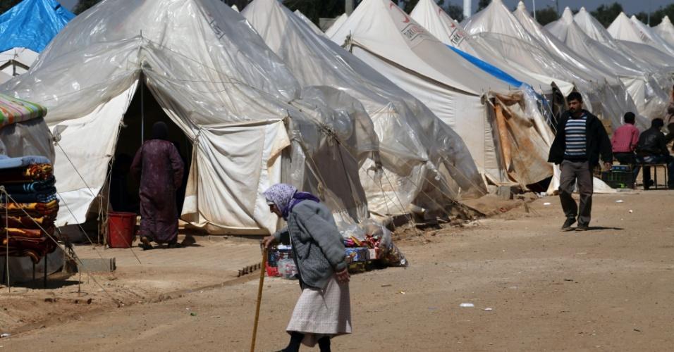 Idosa caminha em acampamento refugiados em Reyhanli, na Turquia. O número de pessoas que fogem da Síria por medo da violência sobe para cerca de 16.000