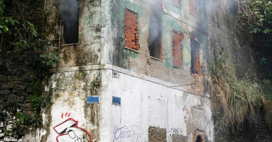 Incêndio atinge casarão abandonado na ladeira da Montanha, que liga a Cidade Baixa à Cidade Alta, em Salvador (BA)