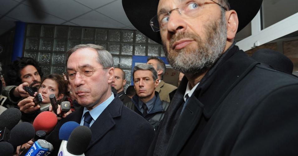 Ministro do Interior da França, Claude Gueant (à esq.), responde a perguntas de jornalistas no colégio judaico Ozar Hatorá, em Toulouse, acompanhado do grande rabino do país, Gilles Bernheim