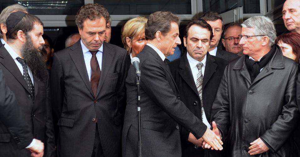 O presidente francês e candidato à reeleição, Nicolas Sarkozy (centro), visita o colégio judaico Ozar Hatorá