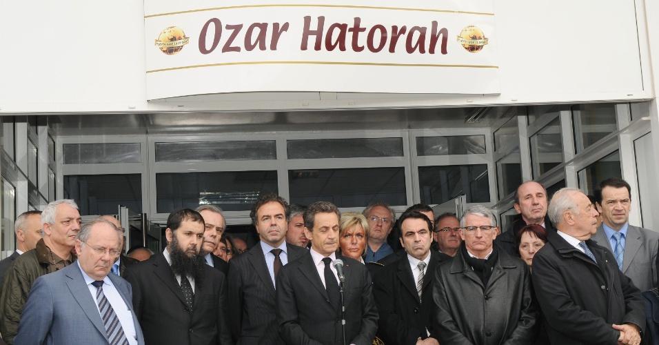 O presidente francês, Nicolas Sarkozy (centro),  diz que tiroteio que deixou ao menos quatro mortos é uma tragédia nacional