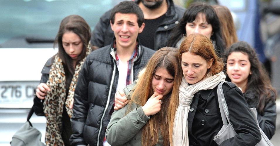 Parentes e amigos de vítimas de tiroteio em frente ao colégio judaico Ozar Hatorá, em Toulouse, no sudoeste da França