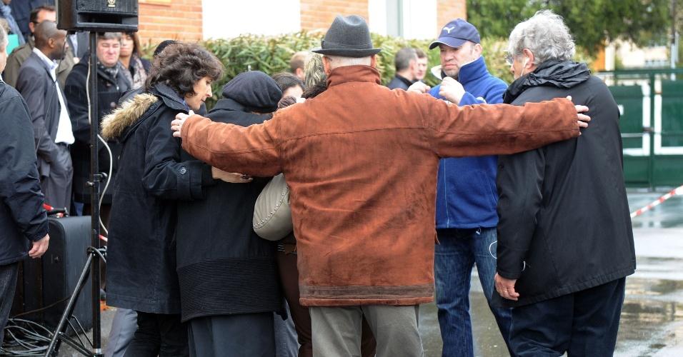 Parentes e amigos de vítimas de tiroteio em frente ao colégio judaico Ozar Hatorá, em Toulouse, no sudoeste da França, chegam ao local