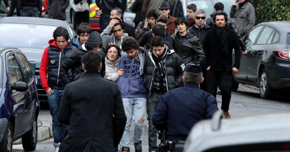 Parentes e amigos de vítimas de tiroteio em frente ao colégio judaico Ozar Hatorá, em Toulouse, no sudoeste da França, deixam o local