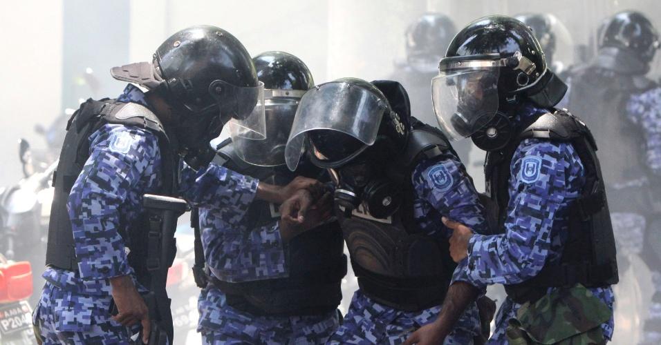 Policiais ajudam colega ferido em confronto com partidários do ex-presidente Mohamed Nasheed em Male, nas Maldivas. O novo presidente do país é alvo de protestos seis semanas depois de tomar posse