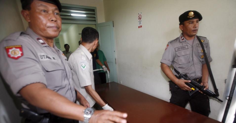 Policiais escoltam caixão com o corpo de suposto terrorista, durante translado de Depasar para Yakarta, na Indonésia