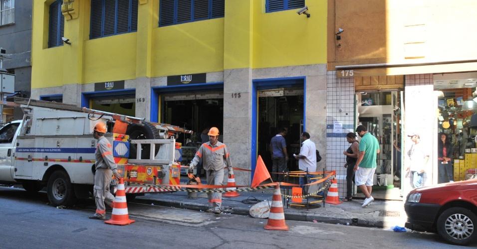 Um bueiro explodiu na rua Santa Ifigênia, esquina com avenida Ipiranga, no centro de São Paulo